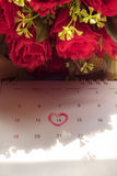 Kalenderseite mit einem rote Hand schriftlichen Herzhöhepunkt auf Februar Stockbild