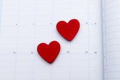Kalendersida med den röda anmärkningen för hjärta två på valentindag Arkivbilder