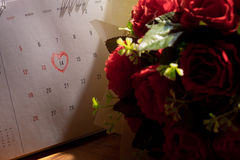 Kalendersida med en skriftlig hjärtaviktig för röd hand på Februar Royaltyfria Foton