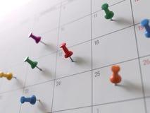 Kalendersida med häftstift arkivfoto