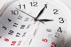 Kalendersidor och klocka Arkivbild