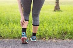 Kalfsspier in pijn met klem, Vrouw aan pijn in beenverwonding lijden na de lopende jogging van de sportoefening en training die stock foto's