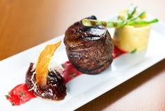 Kalfsvlees met fijngestampte aardappels groene ui Stock Fotografie