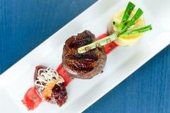 Kalfsvlees met fijngestampte aardappels groene ui Royalty-vrije Stock Afbeeldingen