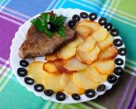 Kalfsvlees met gebraden aardappels Stock Fotografie