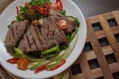 Kalfsvlees met groene spinazie Stock Foto