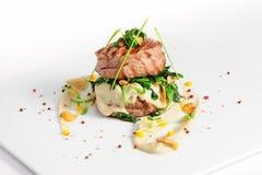Kalfsvleesmedaillons met spinazie Stock Fotografie