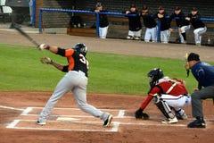 Kalian Sams, ancien joueur de MLB, à la batte photos stock