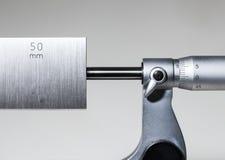 Kaliberbepaling buiten micrometer met pandblok Stock Foto's
