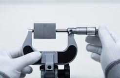 Kaliberbepaling buiten micrometer op micrometerklem Royalty-vrije Stock Foto's