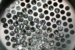 Kalibrerade diamanter till och med sikten arkivfoton