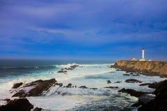 Kalifornia latarni morskiej trwanie wartownik nad linią brzegową Zdjęcia Stock