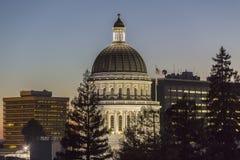 Kalifornia stanu Capitol kopuły półmroku widok Zdjęcie Stock