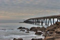 Kalifornia wyrzucać na brzeg gdy słońce wzrasta nad Mussel tłumami Fotografia Royalty Free