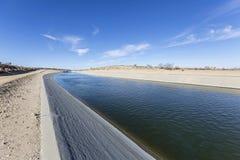 Kalifornien akvedukt i Mojaveöknen Arkivbilder