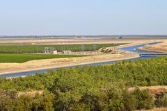 Kalifornien-aquaduct und -ackerland. Lizenzfreie Stockbilder