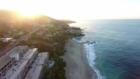 Kalifornien Förenta staterna, flyg- sikt av strandhus längs Stillahavskusten i Kalifornien Fastighet under solnedgång lager videofilmer