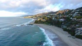 Kalifornien Förenta staterna, flyg- sikt av strandhus längs Stillahavskusten i Kalifornien Fastighet under solnedgång arkivfilmer