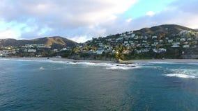 Kalifornien Förenta staterna, flyg- sikt av strandhus längs Stillahavskusten i Kalifornien Fastighet under solnedgång stock video