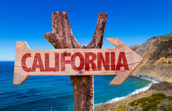 Kalifornien-Holzschild mit Big- Surhintergrund Lizenzfreie Stockfotografie