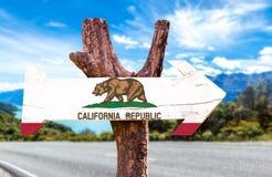 Kalifornien-Holzschild mit Straßenhintergrund Stockbild