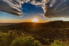 Kalifornien horisont och hollywood tecken på solnedgången arkivbild