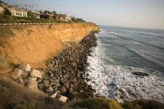 Kalifornien-Küstenklippen-Himmel   Stockbild