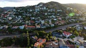 Kalifornien-Küstenlinie bei Sonnenuntergang Schattenbild des kauernden Geschäftsmannes Häuser auf der Küste in Kalifornien, USA stock video footage