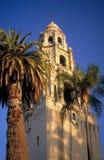 Kalifornien-Kontrollturm mit Palme Lizenzfreie Stockfotografie