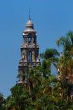Kalifornien-Kontrollturm mit Palmen Lizenzfreie Stockfotos