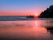 Kalifornien kustlinje på solnedgången arkivfoton