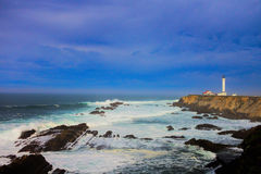 Kalifornien-Leuchtturm stehender Wachposten über der Küstenlinie Stockfotos