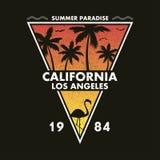 Kalifornien, Los Angeles - Schmutztypographie für Designkleidung, T-Shirt mit Flamingo und Palmen Bilden Sie sich von einem Dreie stock abbildung