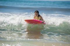 Kalifornien-Mädchen wachsen im Ozean heran Stockbild