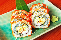 Kalifornien Maki Sushi mit Masago Stockfotos