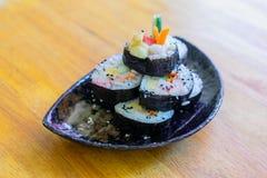 Kalifornien makirulle i den svarta maträtten på trätabellen Royaltyfria Bilder
