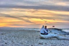 Kalifornien-Paare, die einen Sonnenuntergang teilen Lizenzfreies Stockfoto