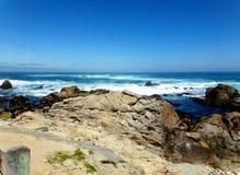 Kalifornien Rocky Shore - ingen huvudväg för vägtur ner 1 Royaltyfria Bilder