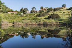 Kalifornien-Schlucht-Häuser, die im Frühjahr Teich reflektieren stockfoto