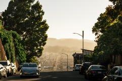 Kalifornien-Sonnenuntergang auf Lombard-Straße mit der Straße, die in Abstand führt stockbild