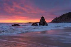Kalifornien-Sonnenuntergang mit Felsen Lizenzfreie Stockfotos