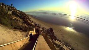 Kalifornien-Sonnenuntergang-Treppe zum Strand 2 stock footage