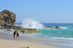 Kalifornien-Strand mit einem Frauengehen Lizenzfreie Stockfotos