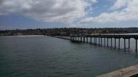 Kalifornien strandstad som beskådas från slut av pir Arkivbild