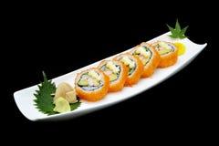 Kalifornien-Sushirolle auf weißer Platte Japanisches Traditionslebensmittel Lizenzfreies Stockfoto