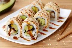 Kalifornien-Sushirolle mit Aal, Avocado und Lizenzfreies Stockfoto