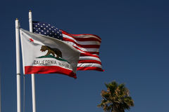 Kalifornien-und US-Markierungsfahnen lizenzfreies stockbild