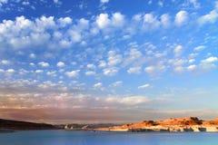 Kalifornien USA Oktober 2012 Sikt av en bergig öken med härliga moln utan defekter royaltyfria bilder