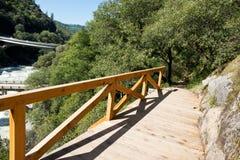 Kalifornien-Wanderweg mit neuem hölzernem Geländer stockfoto