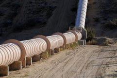 Kalifornien-Wasser, das durch Aquädukt transportiert wird, leitet über Berge Stockbild